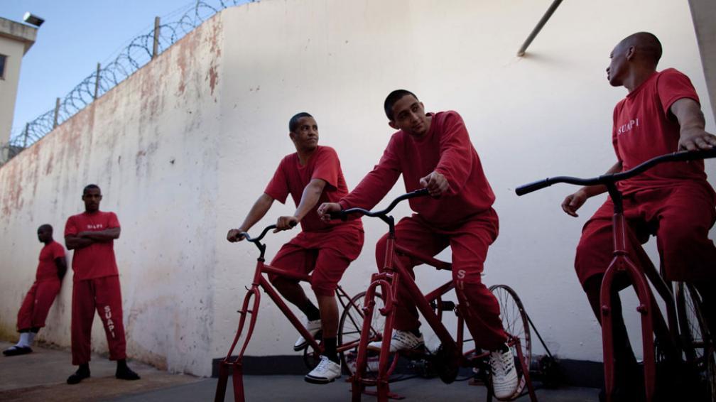 Se turnan. Los ocho reos de Santa Rita do Sapucai que se sumaron al programa usan cuatro bicicletas (AP).
