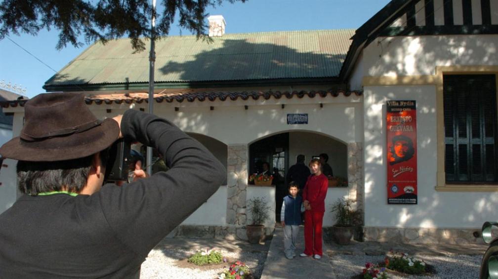 Para todos. Familias con niños, mochileros y expertos llegan a la casa Villa Nydia en busca del Che (La Voz / Raimundo Viñuelas).