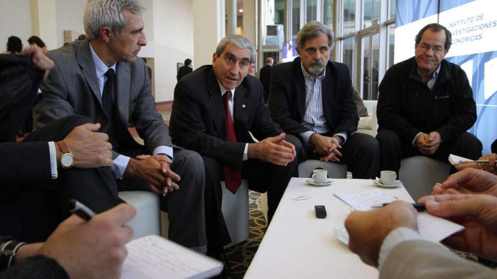 Ejecutivos. Pedro Bustos (Ecipsa), Horacio Parodi (Banco Roela), Alberto Asensio (PWC) y Agustín Álvarez (Nuevocentro Shopping) asistieron al evento de la Bolsa (LaVoz).