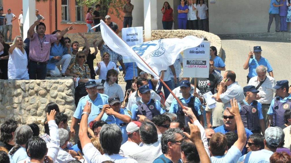 El viernes. Enfrentamientos entre manifestantes del SEP y personal del Polo Sanitario (Raimundo Viñuelas/Archivo).