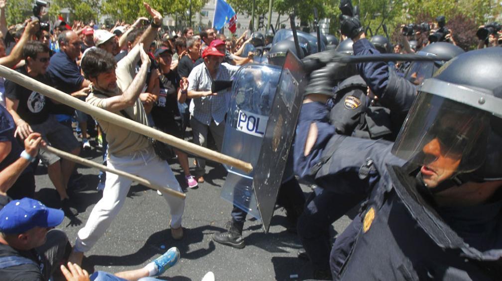 """Represión. La policía carga contra manifestantes mineros y muchos """"indignados"""" que se sumaron a la marcha para protestar por los ajustes (AP)."""