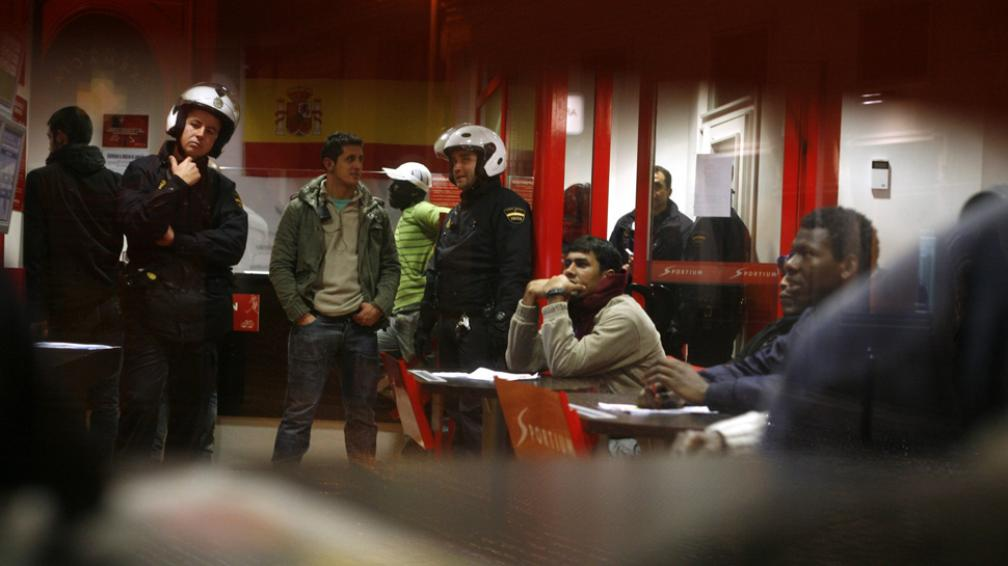 """Encrucijada. Los inmigrantes """"irregulares"""", cada vez más acorralados en Europa (AP)."""