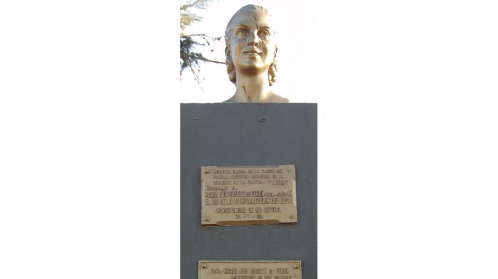 Río Segundo. Busto en el paseo Eva Duarte de Perón. Durante la Libertadora, lo habían arrancado (La Voz).