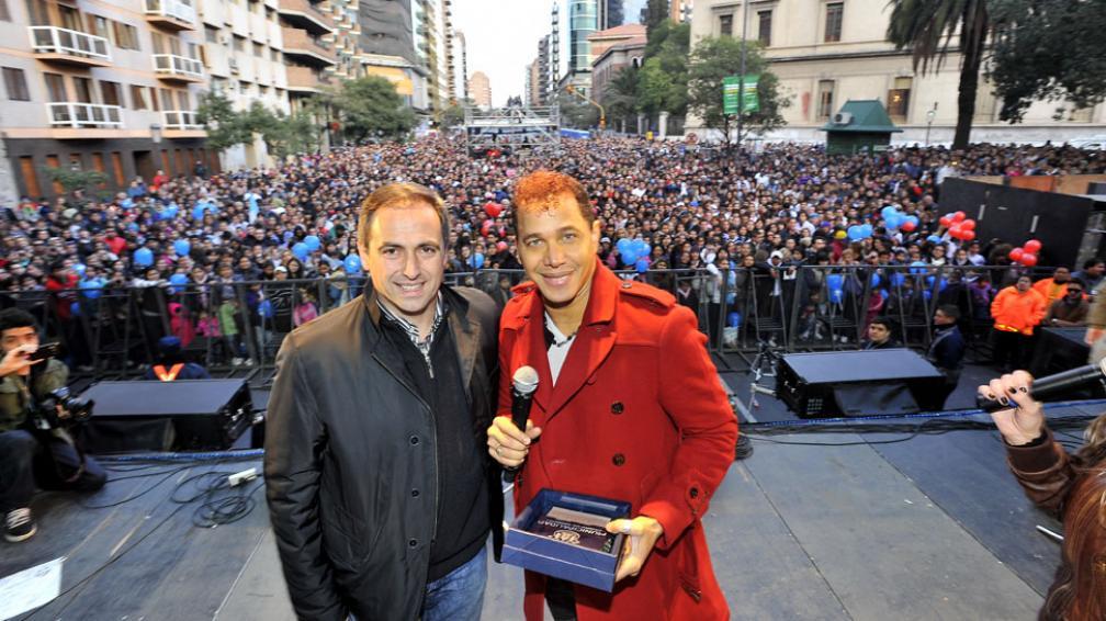 Jean Carlos. El dominicano cantó más de 25 temas e hizo bailar a quienes desafiaron el frío (La Voz / Sergio Cejas).