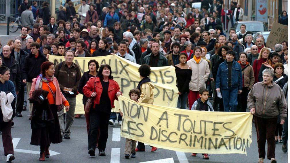Marchas. Tras los disturbios de 2005 entre jóvenes inmigrantes y la policía, miles de franceses reclamaron el fin de la discriminación en todas sus formas y un mejor trato a los extranjeros (AP).