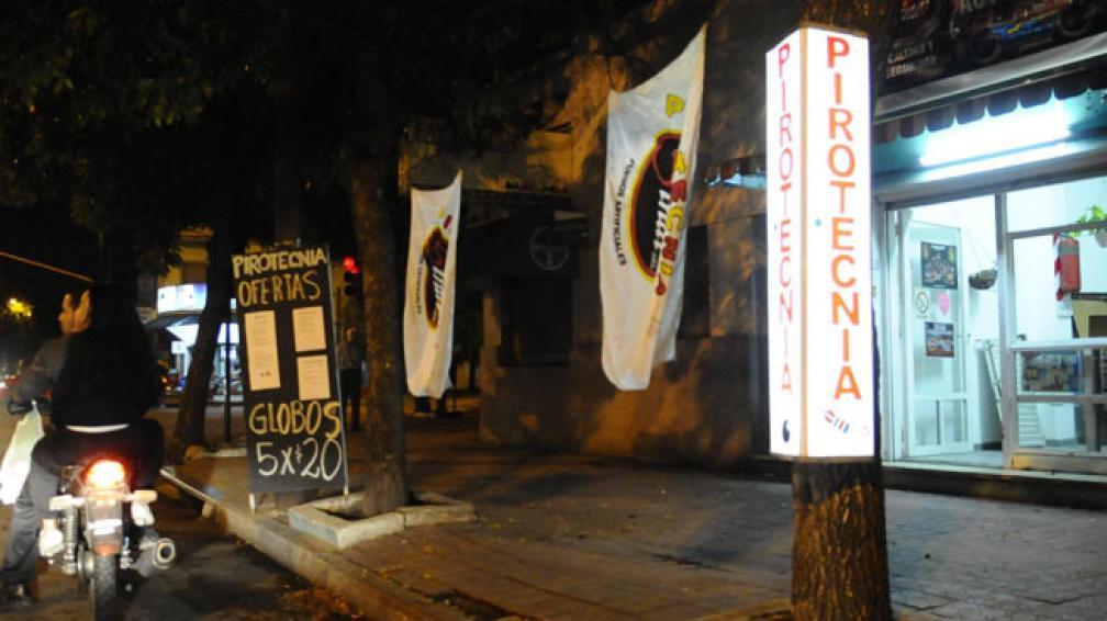 A la venta. Anoche, sobre bulevar Los Granaderos, vendían globos (Sergio Ortega/LaVoz).