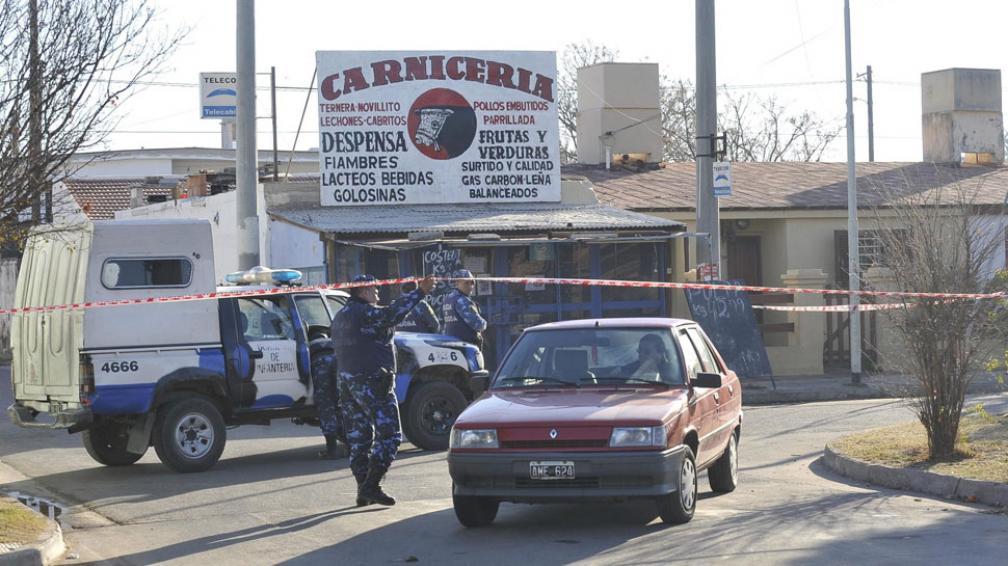 Objetivo. A este comercio habrían intentado ingresar los supuestos ladrones. Uno de ellos fue muerto (La Voz / Antonio Carrizo).