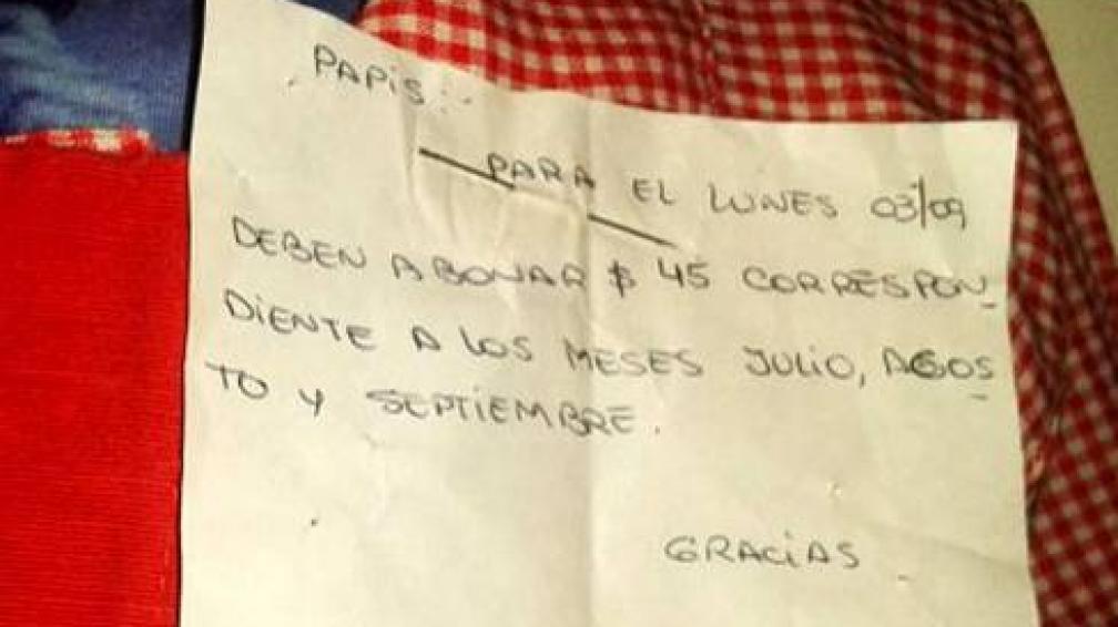 CARTEL. La maestra le colgó un cartel al niño de tres años reclamando la deuda (minutouno.com).