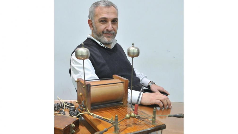 Con onda. Lamberti y un extraño aparato diseñado por Hertz en el siglo 19, el cual permitió demostrar la existencia de las ondas electromagnéticas (La Voz / Ramiro Pereyra).