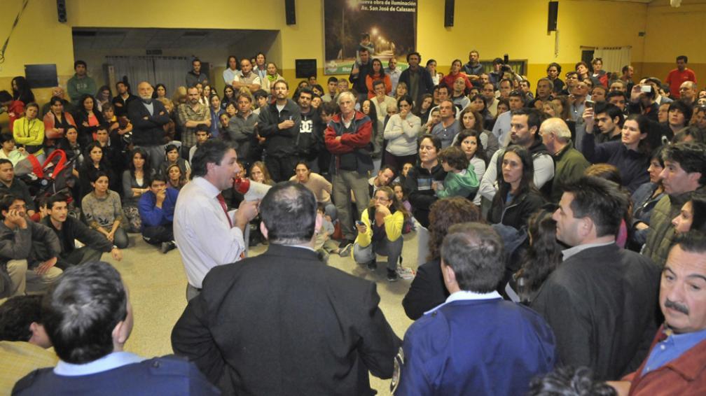 Sin paz. Las palabras del intendente Daniel Salibi no fueron suficientes para calmar el malestar de los vecinos por la inseguridad (Martín Baez/LaVoz).