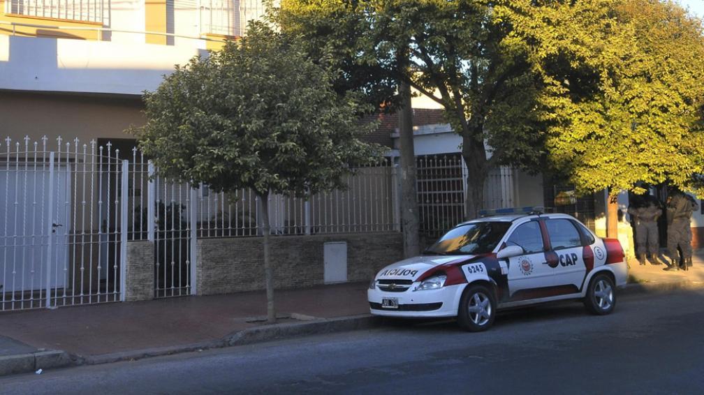 Gracias al celular. El robo fue en esta casa de rejas, en San Vicente. Avisados desde Mendoza, los policías arribaron a tiempo (Raimundo Viñuelas/LaVoz).