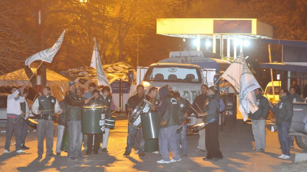Tranquilo. En los depósitos de YPF había un pequeño piquete de camioneros y unos pocos gendarmes (La Voz / Martín Báez).