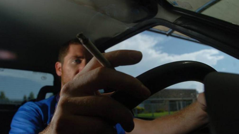 PROHIBICIÓN. Proponen multar a quienes fumen mientras manejan (LaVoz/Archivo).