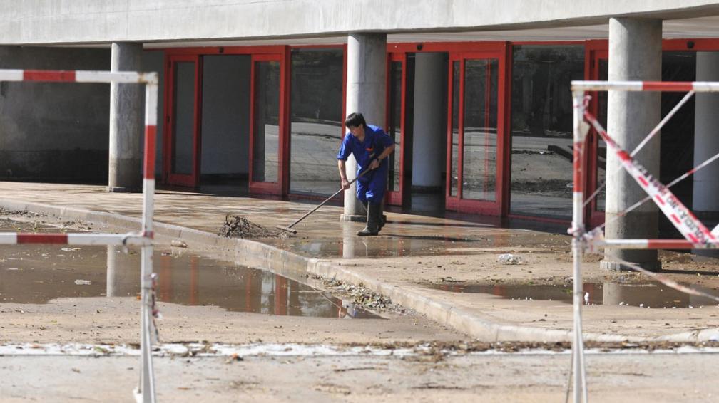 Otra vez agua. Las lluvias caídas ayer a la madrugada volvieron a anegar la planta baja del nuevo edificio de la Terminal de Ómnibus (Sergio Ortega/LaVoz).
