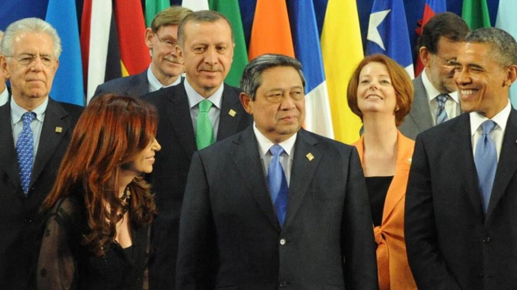 Sonrisas para la foto. Cristina, al lado del presidente de Indonesia, intercambia sonrisas con Obama. Antes, había discutido con Cameron (DYN).