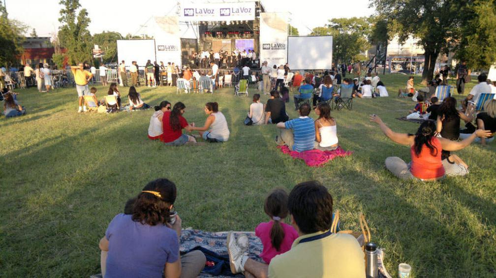 FESTEJOS. El coro de La Voz actúa en el Parque de las Naciones (Sergio Cejas / La Voz).