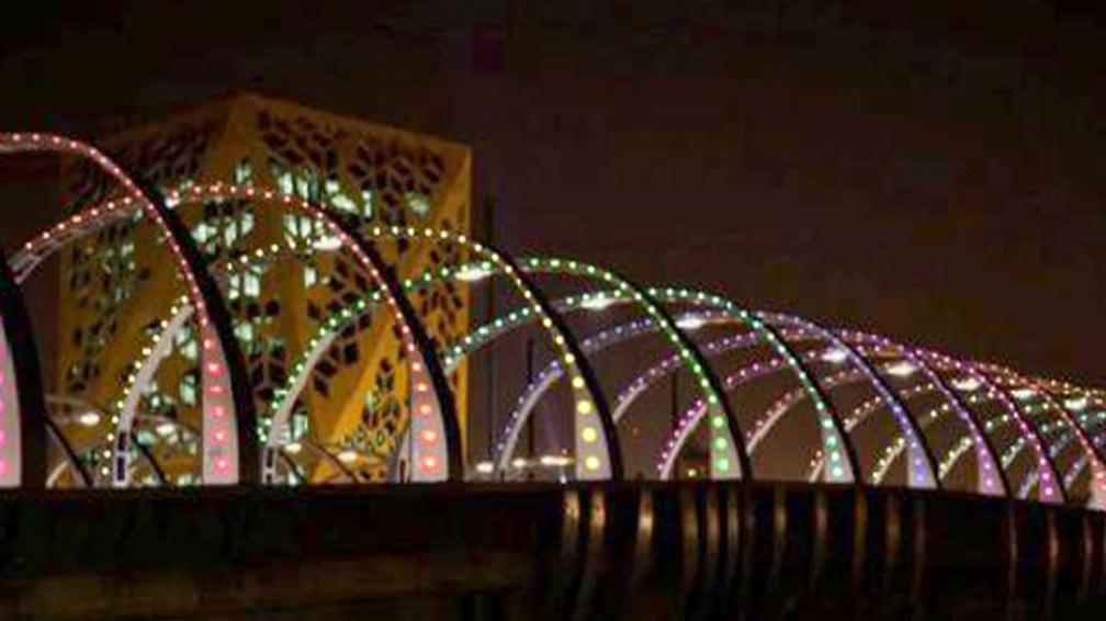 PUENTE DEL BICENTENARIO. El Master Plan de Iluminación Digital prevé una escena lumínica diferente por noche en cada edificio cultural (Prensa Gobierno de Córdoba).