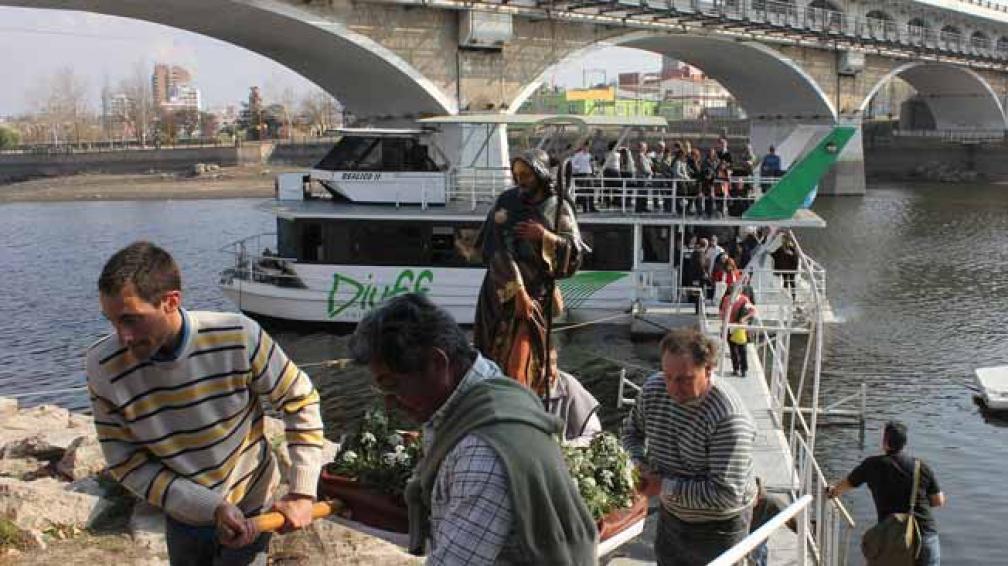 Procesión lacustre. Ayer, en el Día de San Roque, patrono de Carlos Paz, se reeditó la procesión religiosa en el lago y se rezó por lluvias (LaVoz).