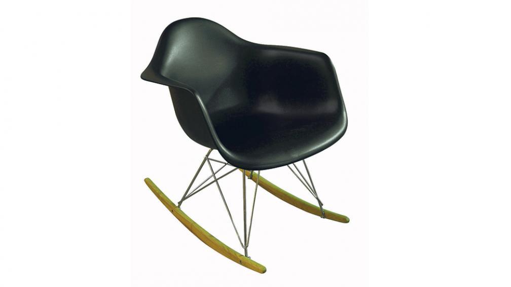 Silla combinada con asiento de casco plástico, patas de madera y uniones de hierro (Roger Berta).