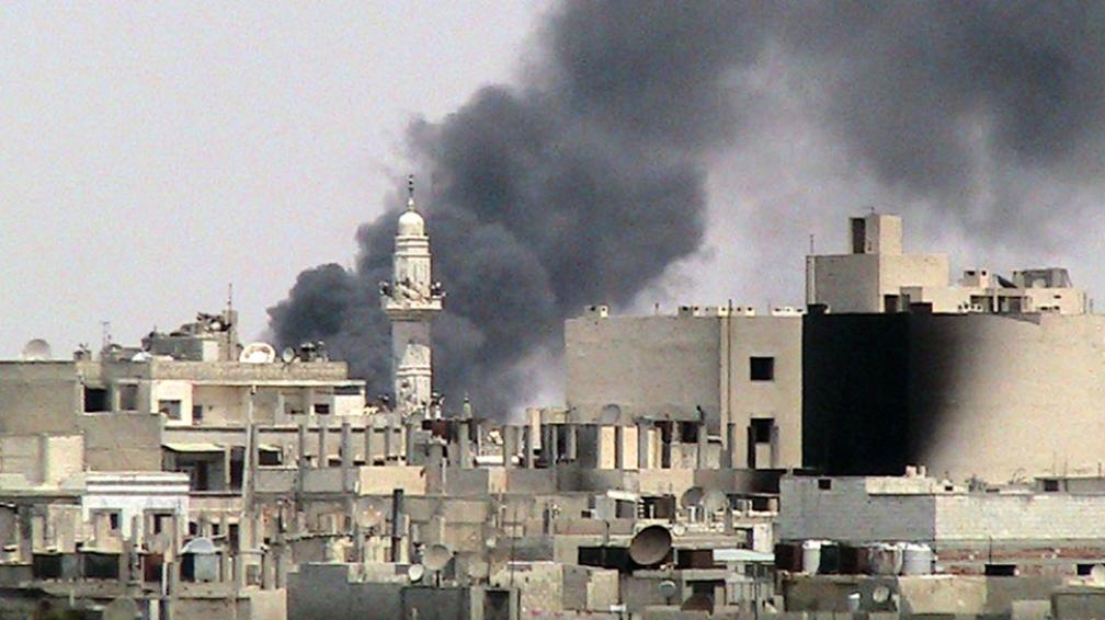 VIOLENCIA.  Aviones militares sirios sobrevolaron hoy y bombardearon con intensidad la ciudad de Alepo, en el norte del país (AP/Archivo).