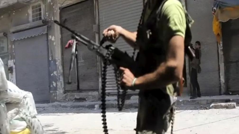 VIOLENCIA. Combatientes del Ejército sirio tomar posiciones durante los enfrentamientos con las tropas sirias en Alepo (AP/Archivo).