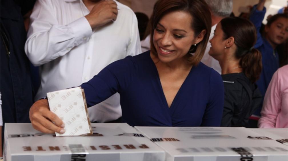 CANDIDATA. Josefina Vázquez Mota emite su voto (Télam).