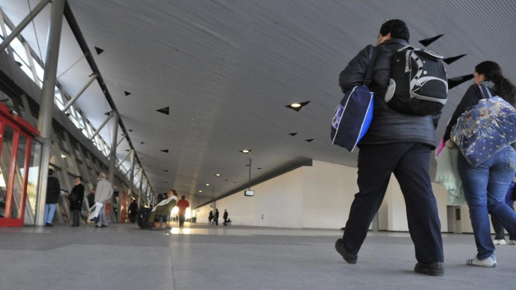 Vacío. El salón destinado a los locales comerciales, que se extiende a lo largo de 30 dársenas, está desierto desde que se inauguró el edificio (La Voz / Martín Baez).
