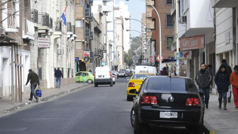 Urquiza–Artigas. Se prohibió estacionar entre Duarte Quirós y Colón, pero no se respeta la medida (Pedro Castillo).