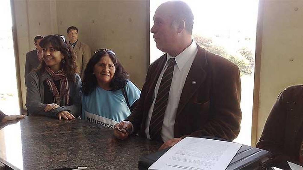 ABORTO. Marta Juárez de Barrios de Pie acompañó la presentación del hábeas corpus (Hugo Allende/LaVoz).