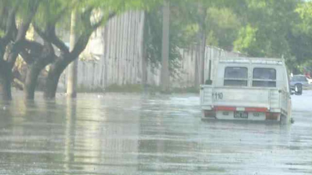 ANEGAMIENTO. En bulevar Los Andes, la calle se inundó y se hizo casi imposible circular para los automóviles (Martín Baez).