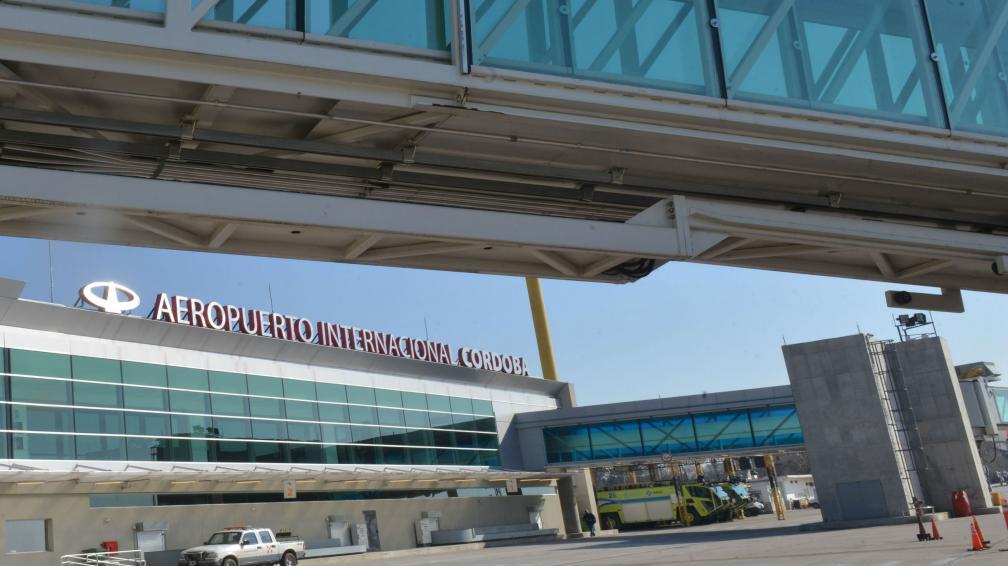 Intervención. La renovación global de la terminal aérea cordobesa incluyó la modernización de su arquitectura. También mejoró su equipamiento para recibir el creciente tráfico de pasajeros. (raimundo Viñuelas)