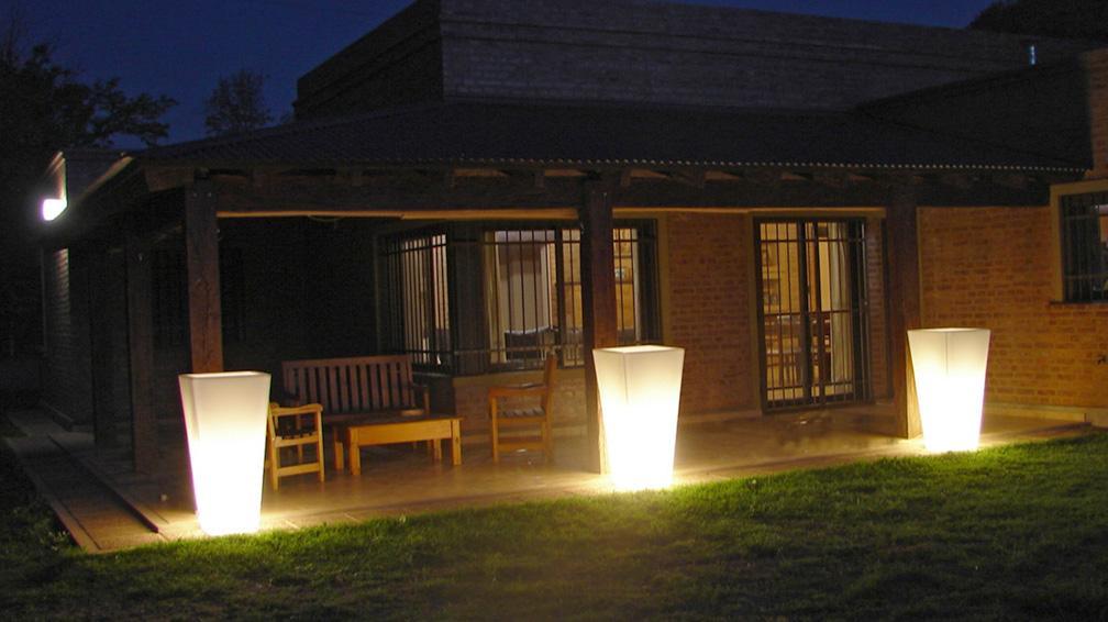 C mo iluminar el jard n tips para mejorar las noches del for Proyectar tu casa