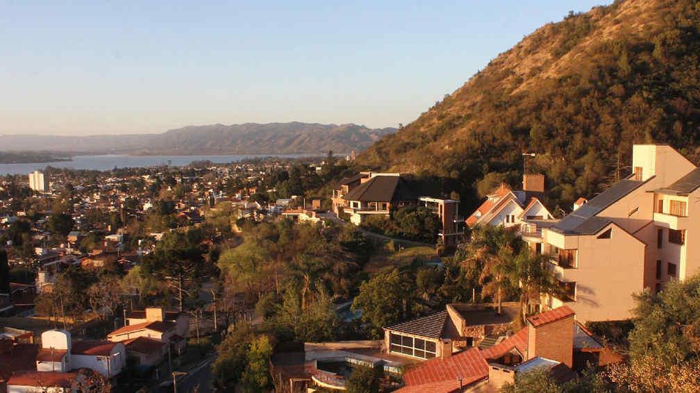 Villa Carlos Paz. Una ordenanza municipal aprobada este año prohíbe que se siga construyendo sobre las laderas de las montañas, o de lo que queda de ellas (La Voz).