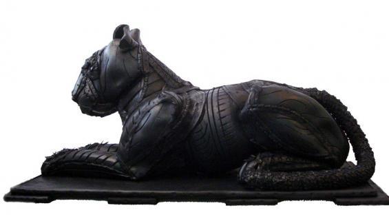 DISEÑO. El artista español utiliza la temática de los animales. La furia y agresividad de sus creaciones se ven identificados por el material duro y frío que es el neumático. (Mundo Maipú)