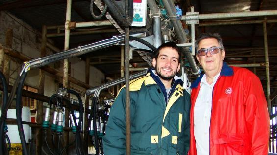 En la línea. Marcos Angelitti, asesor veterinario, junto a Gustavo Torre, propietario del establecimiento Campo San Juan, en la sala de ordeño del tambo. (gentileza Agreste)