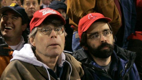 Dos gotas de agua. Stephen King y su hijo, juntos en un partido de básquet.