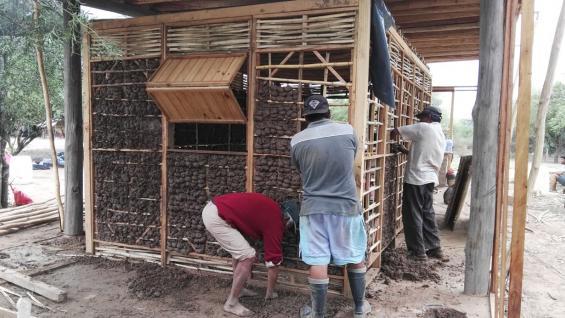 Paneles. A la casa se le incorporó un sistema de paneles de madera, con estructura de ramas revocada con adobe.