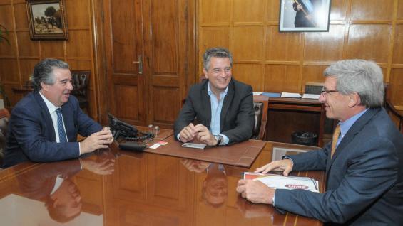 ANUNCIO. El secretario Etchevehere (centro) junto con los ejecutivos de Swift (PRENSA AGROINDUSTRIA)