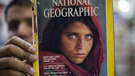 Pakistán expulsa a la niña de ojos verdes del