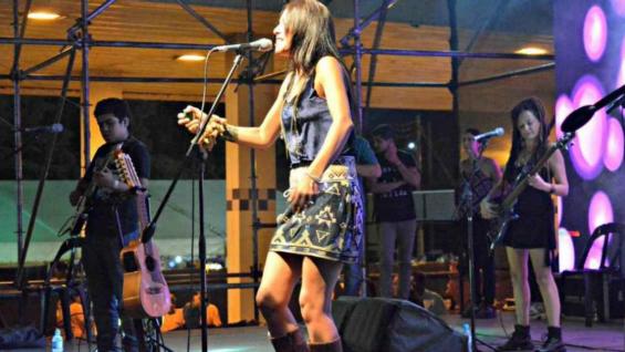 DE FAMILIA. Roxana Carabajal vuelve a subirse otro años más al escenario de la Fiesta Criolla (Municipalidad de Estación Juárez Celman).
