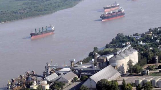 Los barcos volvieron a circular desde hoy sobre el Paraná, luego del levantamiento de la protesta en los puertos de Rosario. (La Voz)