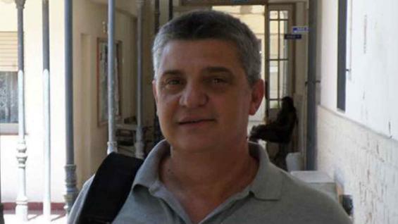 El investigador Gabriel Bó trabaja en un proyecto para aumentar la fertilidad de los rodeos ganaderos. (Prensa UNVM)