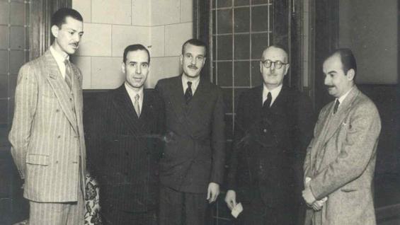 Bernardo Houssay. Penúltimo, de izquierda a derecha, el 19 de agosto de 1949, en la sede de La Voz del Interior. (La Voz / Archivo)