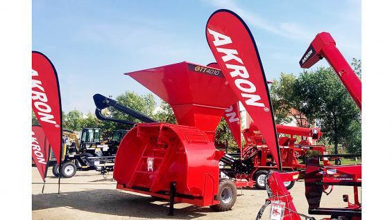 Akron produce y comercializa tolvas, acoplados tolvas para semillas y fertilizantes, embolsadoras y extractoras de granos secos.