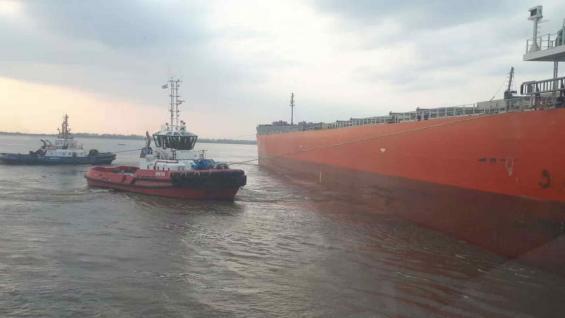 Río Parana. El buque llevaba más de 33.000 toneladas de harina de soja y 1000 toneladas de maíz (Foto Cámara de Actividades Portuarias y Marítimas).