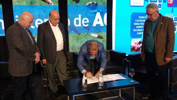 CONVENIO. El ministro de Agricultura y Ganadería, Sergio Busso, firmó la carta de intención para la digitalización de la faena en Córdoba. (Agrovoz)