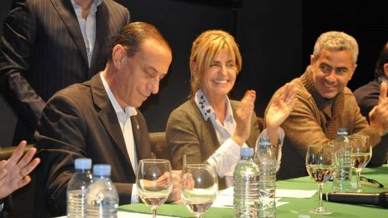 ACUERDO. El intendente de Cañuelas, Gustavo Arrieta, al momento de la firma, junto a su jefa de Gabinete Marisa Fassi, y diversos representantes del Mercado de Liniers