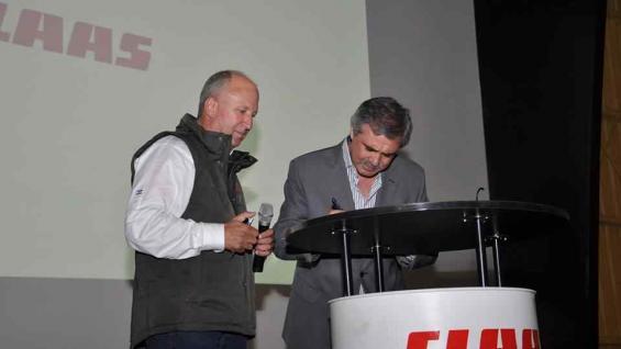 Reynaldo Postacchini, vicepresidente de Claas Argentina con el ministro de Educación de Córdoba, Walter Grahovac. (Prensa Claas)