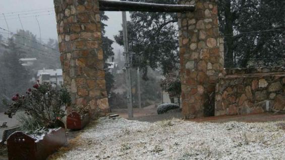 En la Cumbrecita, una suave nevada durante la madrugada.