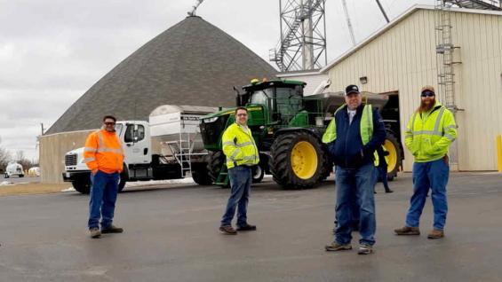 INTEGRACIÓN. Parte del equipo de trabajo de la cooperativa CHS, ubicada en el estado de Illinois. (LA VOZ)